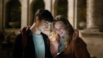 """""""Das schönste Mädchen der Welt""""? Für Cyril (Aaron Hilmer) ist es ohne Zweifel Roxy (Luna Wedler). (cam/spot)"""