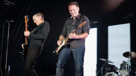 Sollen als großer Headliner in Düsseldorf rocken: Bryan Adams (l.) mit seinem langjährigen Lead-Gitarristen Keith Scott. (dms/spot)