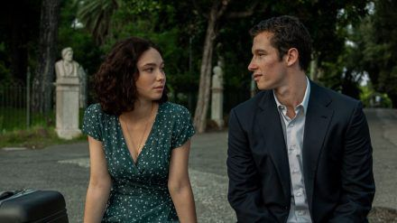 Maria (Matilda de Angelis) und Gregory (Callum Turner) sind eigentlich wie füreinander gemacht - doch die Romanze findet einfach keinen göttlichen Segen. (stk/spot)