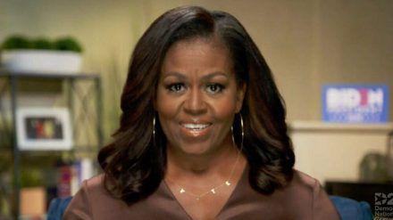 """Michelle Obama mit ihrer """"VOTE""""-Kette (hub/spot)"""