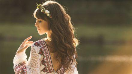 Ethno-Kleider sorgen für einen romantisch-verspielten Sommer. (cos/spot)