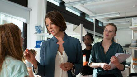 """Jessica Schwarz (l.) und Luna Wedler (r.) in """"Biohackers"""". (cam/spot)"""