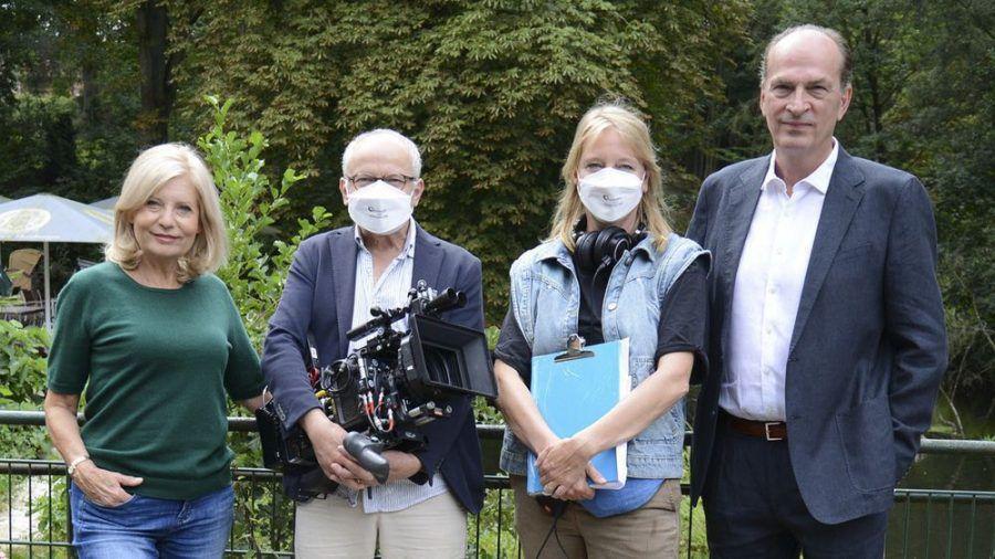 """Sabine Postel (Isa von Brede, v.l.), Michael Tötter (Kamera), Bettina Schoeller-Bouju (Regie) und Herbert Knaup (Markus Gellert) drehen Film-Ableger zu """"Die Kanzlei"""". (cam/spot)"""