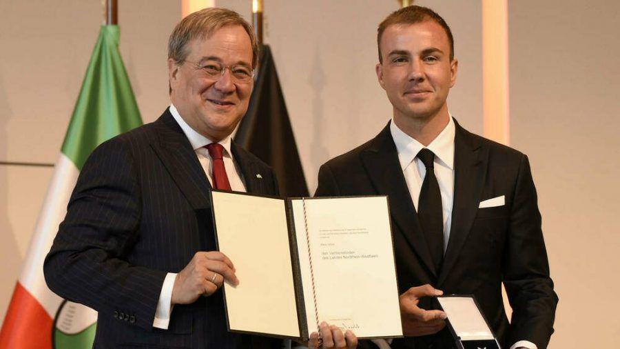 NRW-Ministerpräsident Armin Laschet (l.) und Mario Götze am 23. August in Köln. (cam/spot)