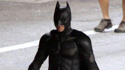 """Christian Bale einst am Set im """"Batman""""-Kostüm. (hub/spot)"""