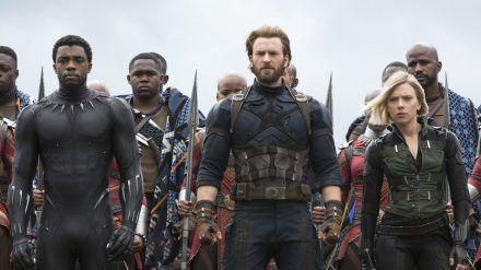 """Chris Evans (Mitte) und Scarlett Johansson an der Seite von Chadwick """"Black Panther"""" Boseman. (stk/spot)"""