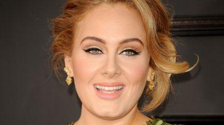 Adele zeigte sich zum Karibischen Karneval im Jamaika-Outfit und verletzte damit Gefühle ihrer Fans. (ves/spot)