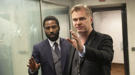 """Hauptdarsteller John David Washington (l.) mit Regisseur Christopher Nolan bei den Dreharbeiten zu """"Tenet"""". (cam/spot)"""