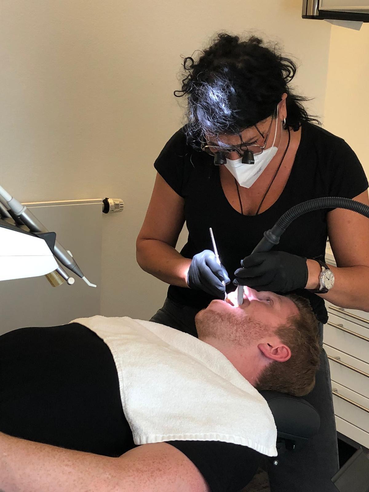 """""""Prince Charming""""-Star Lars Tönsfeuerborn lässt sich die Zähne richten"""