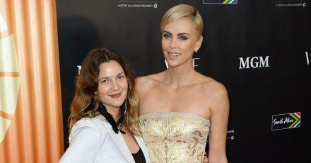 Charlize Theron beichtet Drew Barrymore, auch sie hatte seit fünf Jahren kein Date