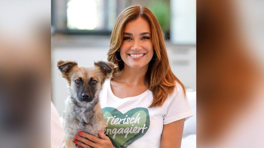 Moderatorin Jana Ina Zarrella und ihr neues Familienmitglied, Hund Cici, sind ein Herz und eine Seele. (spot)