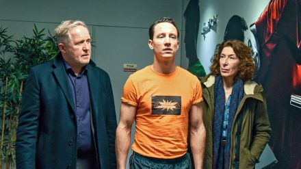 """Tatort: Pumpen"": Bibi Fellner (Adele Neuhauser) und Moritz Eisner (Harald Krassnitzer) begleiten Markus Hangl (Laurence Rupp) zur Umkleidekabine (cg/spot)"