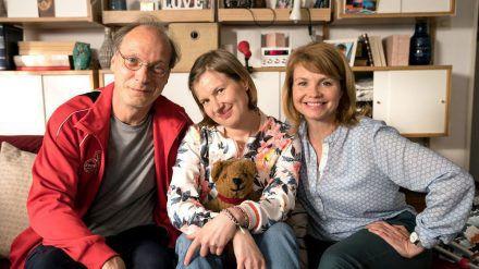 Martin Brambach alias Christian Spengler sorgt sich im Film um seine geistig behinderte Tochter Beate (Anna Drexler, m.). (amw/spot)