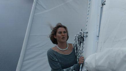 """""""Die Farbe des Horizonts"""": Tami (Shailene Woodley) will die Segel einholen - ein Sturm zieht auf. (cam/spot)"""