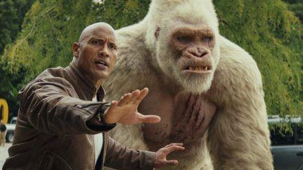 "Dwayne Johnson alias Davis Okoye mit Gorilla George in ""Rampage - Big Meets Bigger"". (cam/spot)"