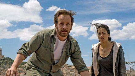 """""""Spurlos in Marseille"""": Bruno Bassmann (Fabian Busch) sucht mithilfe von Taxifahrerin Aliya (Sabrina Amali) nach seiner Frau. (cg/spot)"""