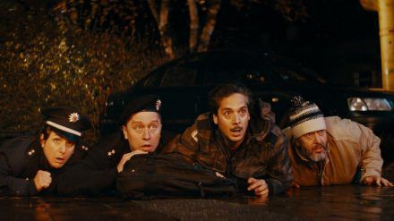 (v.l.n.r.) Netti (Sanne Schnapp), Rocky (Adrian Topol), Deniz (Erkan Acar) und der obdachlose Hagen (Alexander Hörbe) (sob/spot)