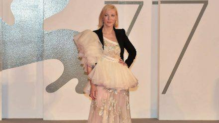 Cate Blanchett zeigt sich in Venedig in einem Ensemble von Alexander McQueen. (ili/spot)
