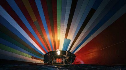 Zwei Familien wollen mit einem selbst gebauten Heißluftballon aus der DDR fliehen. (rto/spot)