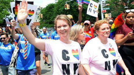 Cynthia Nixon (l.) bei der Gay Pride Parade in New York City (stk/spot)