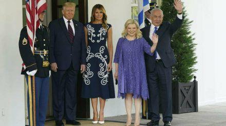 Donald und Melania Trump begrüßen den israelischen Ministerpräsidenten Benjamin Netanjahu und seine Frau Sara. (jru/spot)