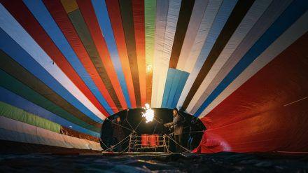 """""""Ballon"""": Kurz vor dem nächtlichen Start entfaltet sich der Ballon. (ili/spot)"""