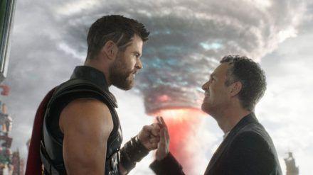 """Thor (Chris Hemsworth, li.) und Bruce Banner alias Hulk (Mark Ruffalo) in """"Thor: Tag der Entscheidung"""". (cam/spot)"""