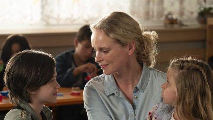 """Nina Hoss mit ihren Filmtöchtern Katerina Lipovska (r.) und Adelina-Constance Ocleppo in """"Pelikanblut - Aus Liebe zu meiner Tochter"""". (cam/spot)"""