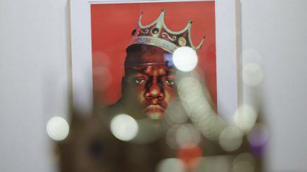 Die versteigerte Plastikkrone von The Notorious B.I.G. vor dem letzten Porträt des Rappers (wue/spot)
