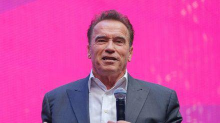 Arnold Schwarzenegger gratuliert seinem Sohn (amw/spot)