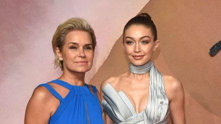 Yolanda und Tochter Gigi Hadid (r.) bei einem Red-Carpet-Event (ili/spot)
