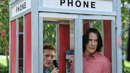 Bill (Alex Winter, l.) und Ted (Keanu Reeves) in einer ganz gewöhnlichen Zeitreise-Telefonzelle (stk/spot)