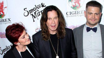 Jack Osbourne (re.) mit seinen Eltern auf dem roten Teppich. (jom/spot)