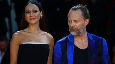 Musiker Thom Yorke mit seiner Partnerin  Dajana Roncione (dms/spot)