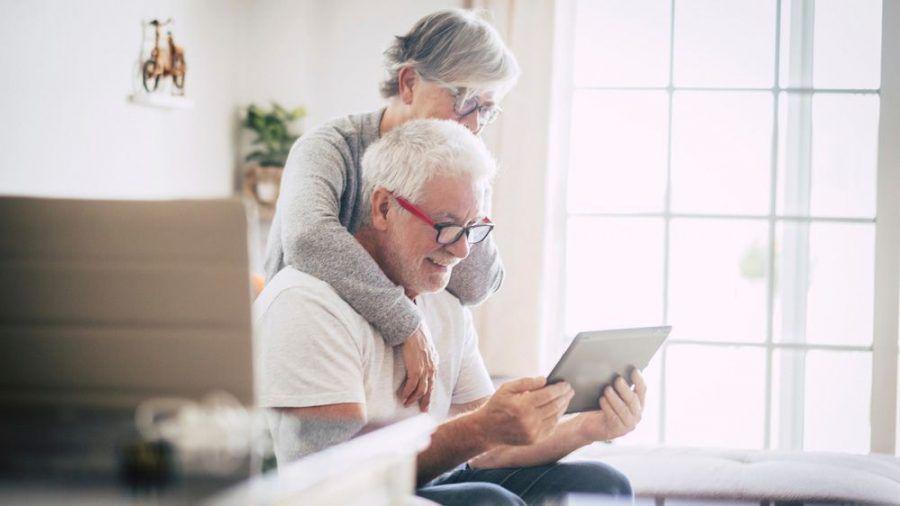 Zwei Senioren mit einem Tablet (wue/spot)