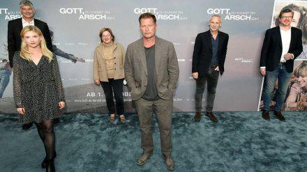 """Til Schweiger (Mitte) bei der Premiere seines neuen Films """"Gott, du kannst ein Arsch sein!"""" (jom/spot)"""