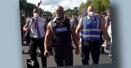 Klaas Heufer-Umlauf schickt Bodybuilder als Journalisten zur Corona-Demo