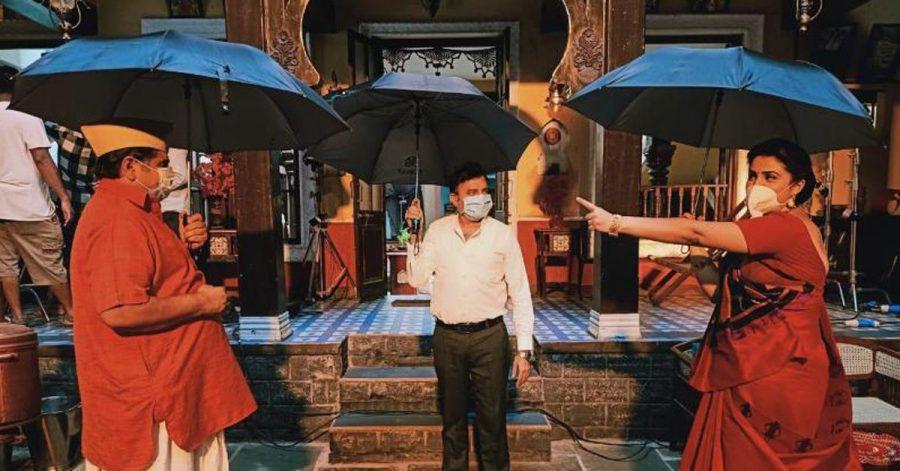 In Bollywood kämpfen sie mit Regenschirmen gegen Corona