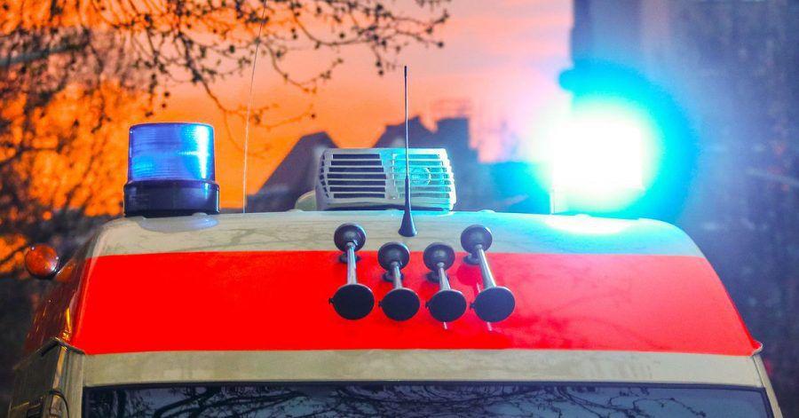 Ein Rettungswagen mit Blaulicht und Signalhorn im Einsatz.
