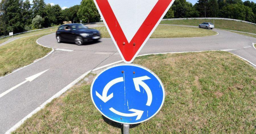 Manche Autofahrer frischen ihre Kenntnisse zum Kreisverkehr besser auf. (Symbolbild)