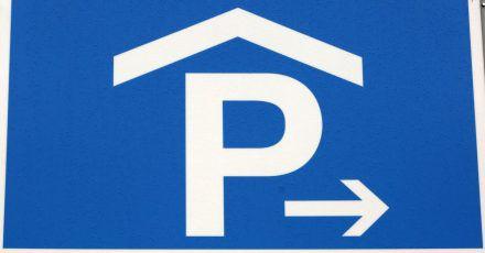 Die Vorfahrtsregel «rechts vor links» kann auch in einem öffentlichen Parkhaus gelten. Das hängt davon ab, ob die Spuren dem Suchverkehr dienen oder ob sie auch Straßencharakter haben.