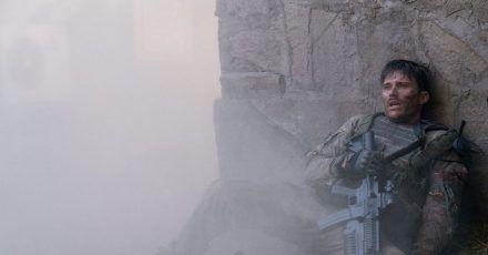 Scott Eastwood spielt den Staff Sergeant Clint Romesha, der mit seinen Kameraden in Afghanistan ums Überlegen kämpft.