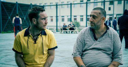Mike (Frederick Lau, l) und Nabil (Kida Khodr Ramadan) sind Gefängniskumpels.