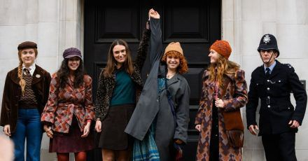 Den Aktivistinnen Sally (Keira Knightley, 3.v.l) und Jo (Jessie Buckley, 3.v.r) ist der Schönheitswettbewerb ein Dorn im Auge.