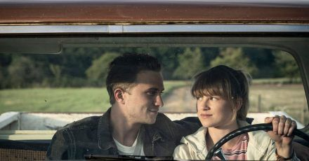 Steffi (Sinje Irslinger) unternimmt mit Steve (Max Hubacher) eine abenteuerliche Reise nach Paris.