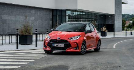Ein verbesserter Hybrid-Antrieb macht den Toyota Yaris zu einem Drei-Liter-Auto. Der Normverbrauch liegt jetzt bei 2,8 Liter und der CO2-Ausstoß bei 64 g/km.