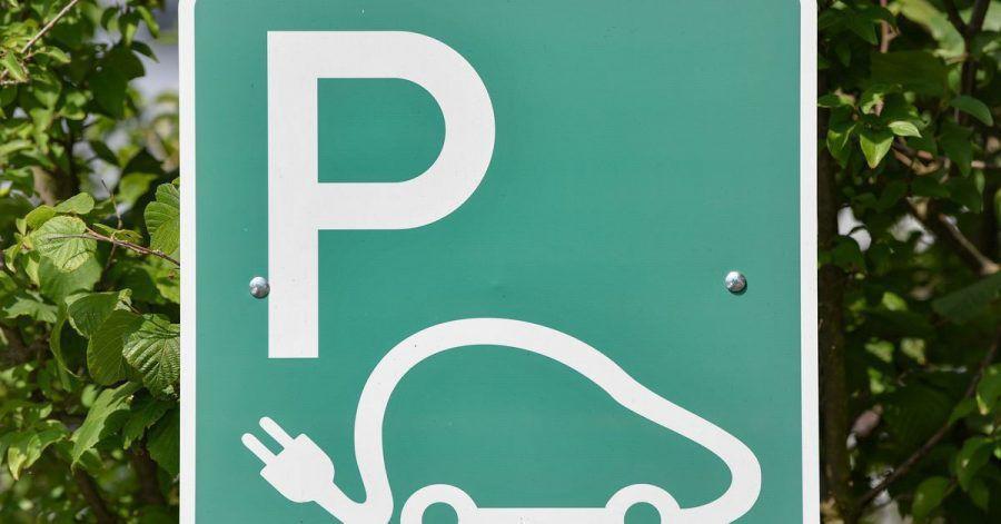 Wer unberechtigt auf einem E-Auto-Parkplatz parkt, darf unverzüglich abgeschleppt werden.