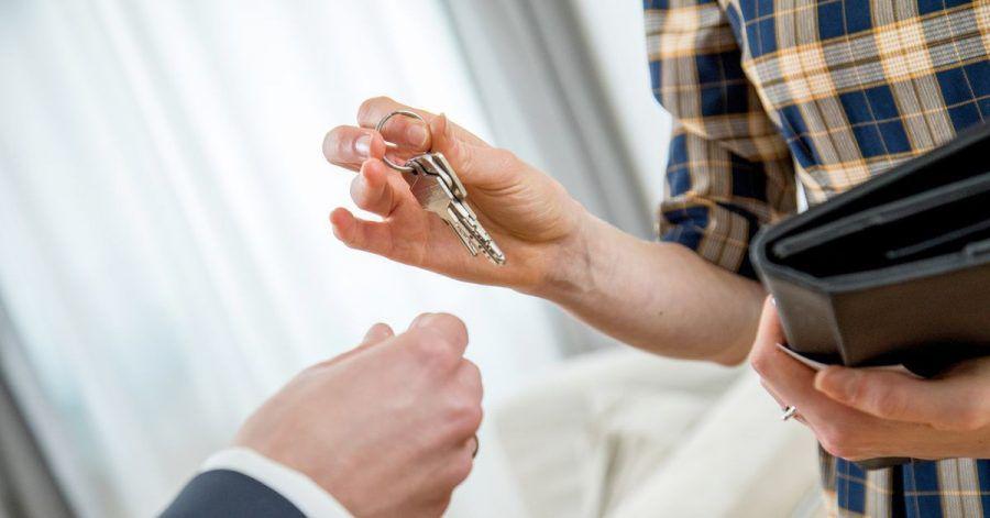 Makler helfen bei der Suche nach Immobilien. Ist der Umzug berufsbedingt, beteiligt sich das Finanzamt an der Provision - zumindest bei Mietimmobilien.