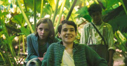 Mary (Dixie Egerickx), Colin (Edan Hayhurst) und Dickon (Amir Wilson) ergründen neugierig den geheimen Garten.