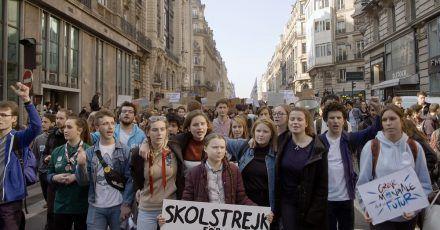 Greta Thunberg (M) an der Spitze der Jugendbewegung, die den Planeten retten will.